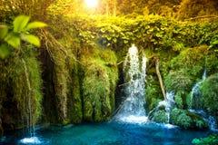 Surrealistyczna naturalna jeziorna siklawa z błękitnego, turkusu lasem, wodnym i tropikalnym
