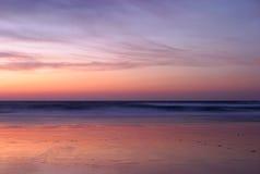 Surrealistyczna opustoszała piaskowata plaża po półmroku Zdjęcie Royalty Free