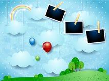 Surrealistyczny krajobraz z obwieszenie chmurami, balonami i fotografii ramami, Obrazy Stock