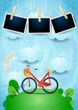Surrealistyczny krajobraz z obwieszenie chmurami, rowerem i fotografii ramami, Zdjęcia Stock