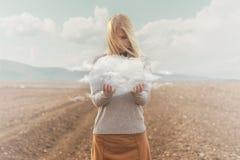 Surrealistyczny moment kobieta trzyma chmurę w ona ręki zdjęcie royalty free