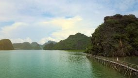 Surret flyger över - bevattna den förgångna bron mot bildmässiga öar stock video