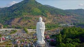 Surret flyger över den stora vita Buddhastatyn vid templet stock video