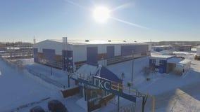 Surret flyger över ingången för gasföretaget med logoen Gks mot solen lager videofilmer