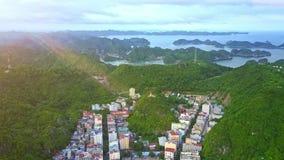 Surret flyger över staden som placeras på ön täckte Hilly Jungle