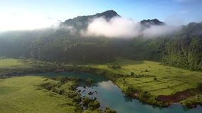 Surret flyger ovanför countryscape med floden till kullar i dimma lager videofilmer