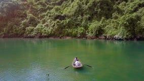 Surret flyger ovanför flickaekan på sjön Guy Makes Selfie stock video