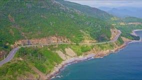 Surret flyger ovanför huvudvägspring längs kust för det gröna havet stock video