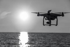 Surret i solnedg?nghimlen berg f?r havv?g st?nger sig upp av quadrocopter utomhus begrepp f?r videography f?r br?llop f?r filmtil arkivfoto