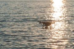 Surret i solnedg?nghimlen berg f?r havv?g st?nger sig upp av quadrocopter utomhus begrepp f?r videography f?r br?llop f?r filmtil fotografering för bildbyråer