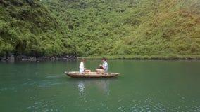 Surret visar att flicka- och manrodden på fartyget på sjön vid mummel skäller länge arkivfilmer