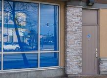 SURREY, CANADÁ - 10 de febrero de 2019: centro comercial de la puerta de atrás o plaza de compras en la vecindad de Sunnyside imagen de archivo libre de regalías