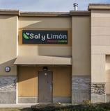 SURREY, CANADÁ - 10 de febrero de 2019: Centro comercial de la puerta de atrás de Saly Limon o plaza de compras en la vecindad de foto de archivo