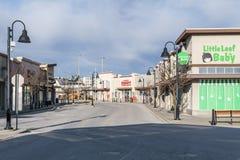 SURREY, CANADÁ - 10 de fevereiro de 2019: Alameda de tira do restaurante de Tim Hortons ou plaza de compra na vizinhança de Sunny fotografia de stock royalty free