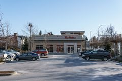 SURREY, CANADA - 10 febbraio 2019: Centro commerciale o centro commerciale di striscia del ristorante di Tim Hortons nella vicina immagini stock libere da diritti