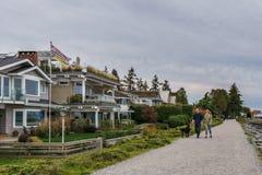 SURREY KANADA - Oktober 27, 2018: Crescent Beach Pier Blackie Spit parkerar område på gränsfjärden arkivbild