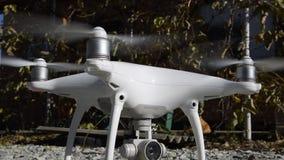 Surrfantomen 4 av företagsdjien med vänt på propellrar står på gruset lager videofilmer