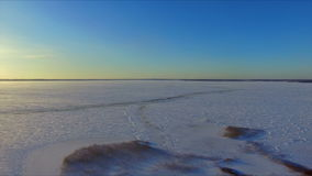 Surrflyg över den snöig fryste sjön stock video