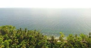 Surrflyg över exotiskt paradis Havvågor och den exotiska ön med gömma i handflatan Flyg över att plaska för turkosvågor 4K stock video