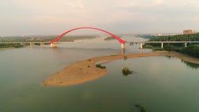 Surrflyg över floden Kabel-bliven bro Härligt landskap Royaltyfria Foton