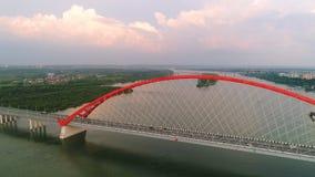 Surrflyg över floden Kabel-bliven bro Härligt landskap Royaltyfria Bilder