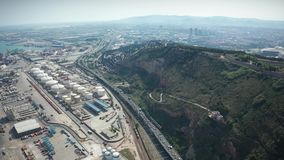 Surrflyg över industriell port av Barcelona stock video