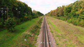 Surrflyg över järnvägspår Tom järnväg väg på sommarsäsongen Flyg- sikt, stock video