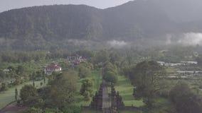 Surrflyg ?ver att bed?va sikt av det stenportar och berget p? Bali, Indonesien lager videofilmer