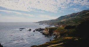 Surrflygbottenläge ovanför härlig havkust på Big Sur Kalifornien, idyllisk sjösidapanorama av den amerikanska naturen för sommar arkivfilmer