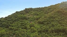Surrflyttningar över äng till att slutta den gröna kullen