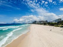 Surrfoto av den Barra da Tijuca stranden, Rio de Janeiro, Brasilien Arkivbild