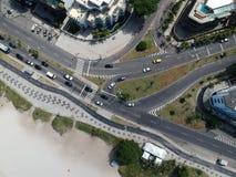 Surrfoto av den Pepe strandstrandpromenaden och den Lucio Costa gatan, Rio de Janeiro arkivfoton