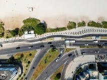Surrfoto av den Pepe strandstrandpromenaden och den Lucio Costa gatan, Rio de Janeiro royaltyfri foto