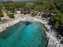 Surrfoto av en strand för blått vatten på den grekiska ön av Thasos arkivbild