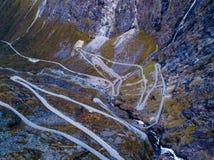Surrfoto av Serpentine Trollsvegen i Trollstigen Norge, överkant ner sikt arkivfoto
