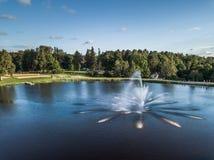 Surrfoto av staden med sjön och stadion fotografering för bildbyråer