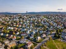 Surrfoto av staden Trondheim i Norge på Sunny Summer Day med berg, fjorden och port i bakgrunden arkivbilder