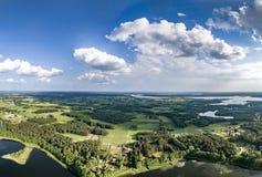 Surrfoto - härlig landskappanorama på sunnny sjöar för sommardag, skogar och blå himmel royaltyfri bild