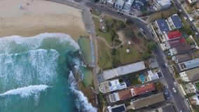 Surrglidning till och med den Bondi stranden som fångar vågorna arkivfilmer