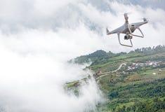 Surrhelikopterflyg med den digitala kameran Surr med den digitala kameran för hög upplösning Fotografering för Bildbyråer