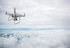 Surrhelikopterflyg med den digitala kameran Surr med den digitala kameran för hög upplösning Arkivfoto