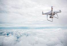 Surrhelikopterflyg med den digitala kameran Surr med den digitala kameran för hög upplösning Royaltyfria Bilder