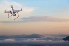 Surrhelikopterflyg med den digitala kameran Surr med den digitala kameran för hög upplösning Royaltyfria Foton