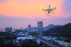 Surrhelikopterflyg med den digitala kameran Surr med den digitala kameran för hög upplösning Arkivbilder