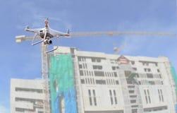 Surrhelikopterflyg med den digitala kameran Surra med den digitala kameran för hög upplösning över konstruktionsplats Arkivfoton