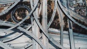 Surrlockdownskott av fantastiskt upptaget huvudvägutbyte med åtskilliga jämna flygparader och föreningspunkter i Los Angeles, USA lager videofilmer