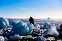 Surrounds туриста льдом стоковое фото rf