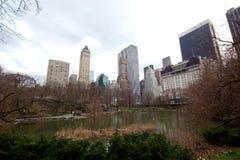Surroung das construções a lagoa, Central Park, New York Imagem de Stock