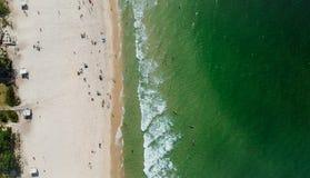 Surrpanorama av den Barra da Tijuca stranden, Rio de Janeiro, Brasilien Arkivfoto
