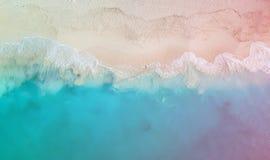 Surrpanorama Grace Bay med den kulöra ljusa läckan, Providenciales, turker och Caicos arkivfoton